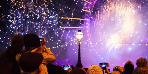 Audience enjoys the London New Year's Eve fireworks