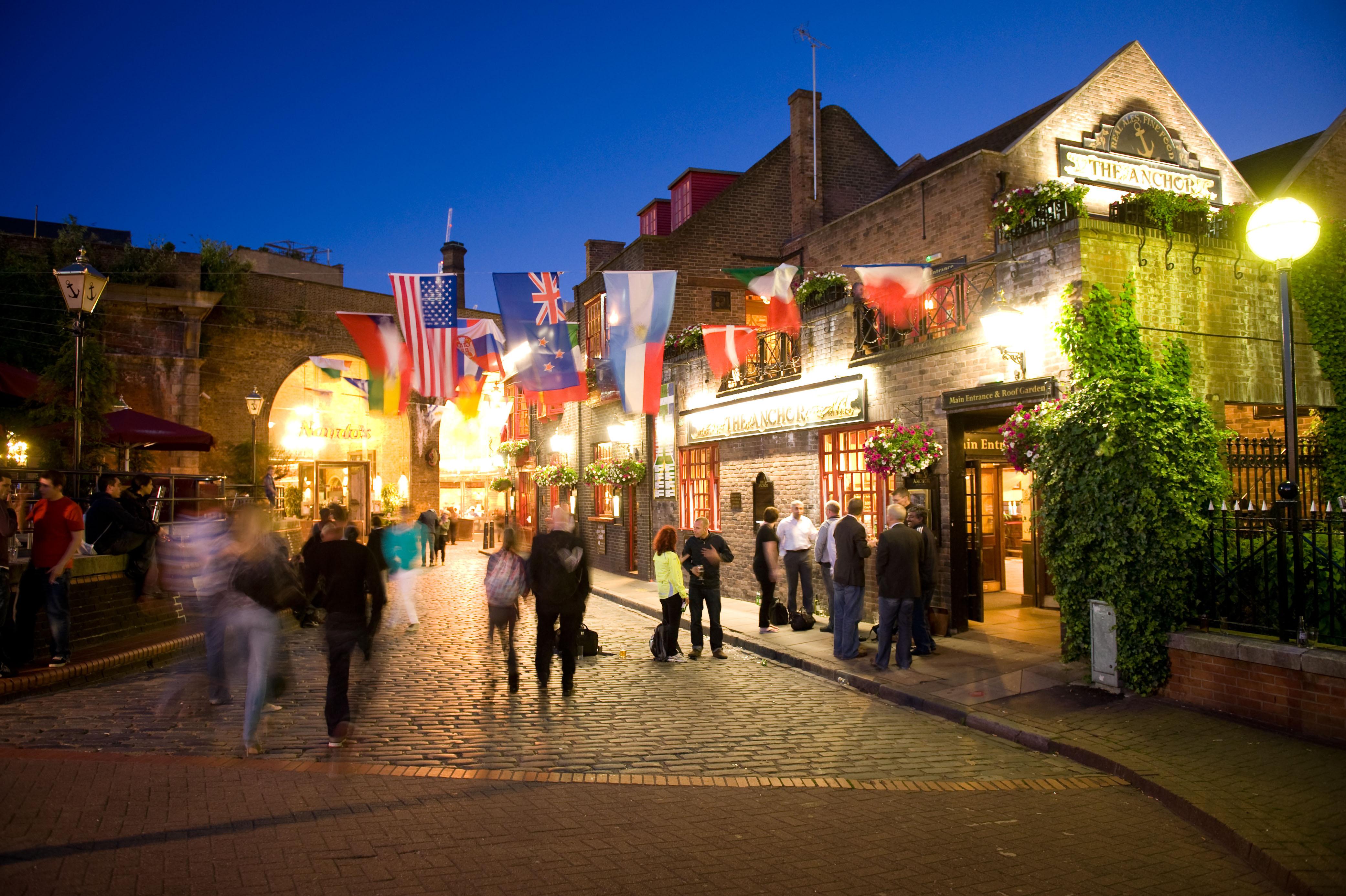 Night lights queens walk london - Reducing Pub Closures